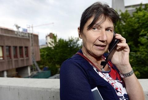 Edelgard Jöhr hat immer ein Ohr, wenn das Handy klingelt. Ein Patient verspürt Schmerzen, plötzlich tauchen, im Angesicht des Todes, Sorgen und Ängste auf, und es ist wichtig, dass der Rat und die Hilfe der Palliativpflegerin rasch kommen. magruZeitpunkt: Edelbard Jöhr, arbeitet in der Palliativ Pflege. © MarkusGrunder